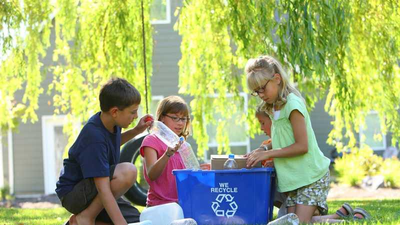 Niños reciclando juntos