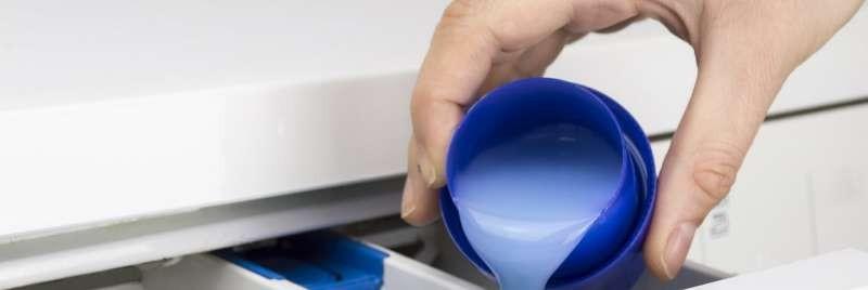 detergente líquido en un cajón de la lavadora