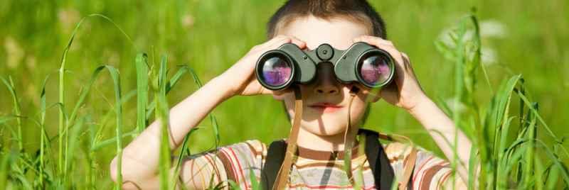 chico con binoculares